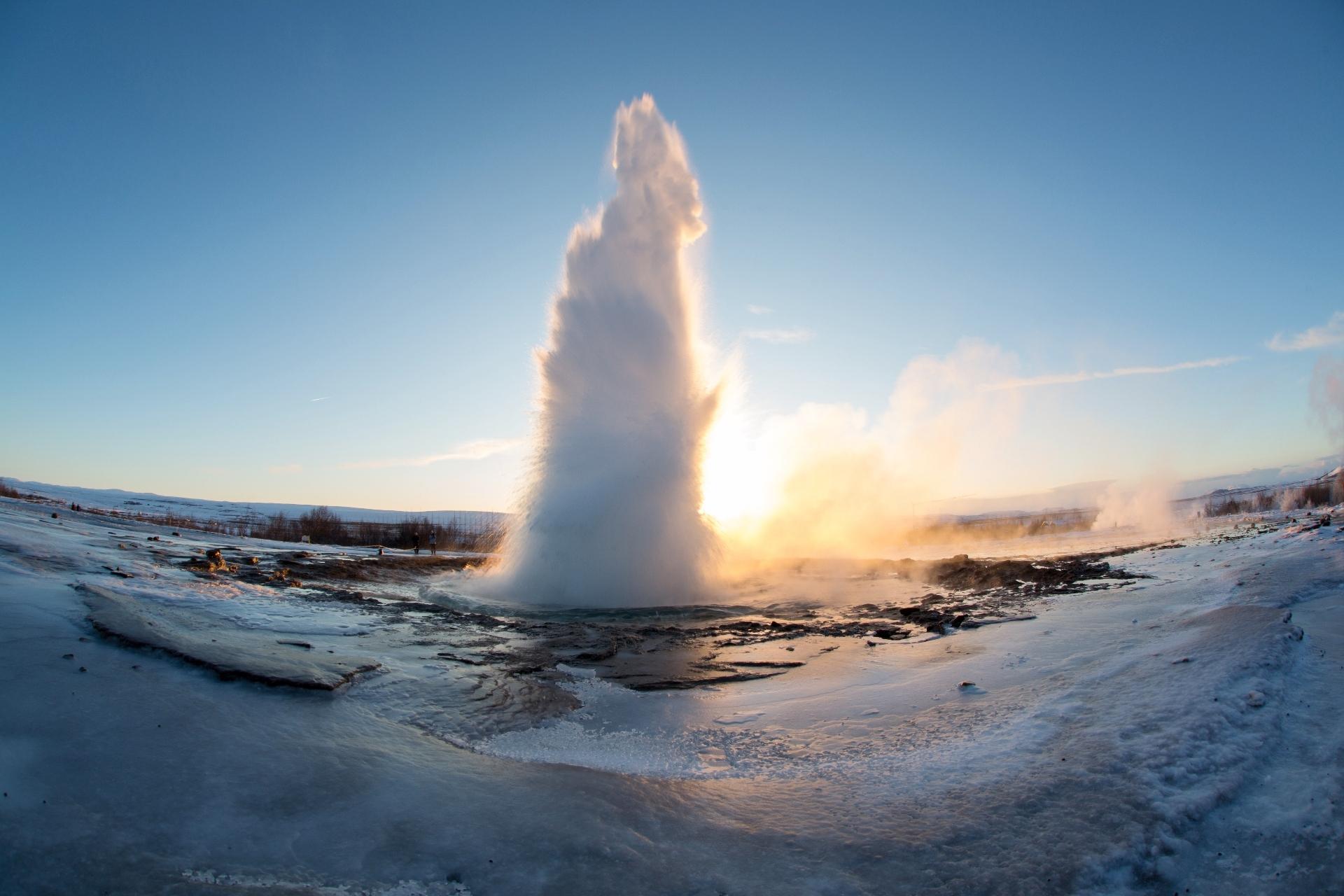 冬の朝のストロックル間欠泉 アイスランドの風景