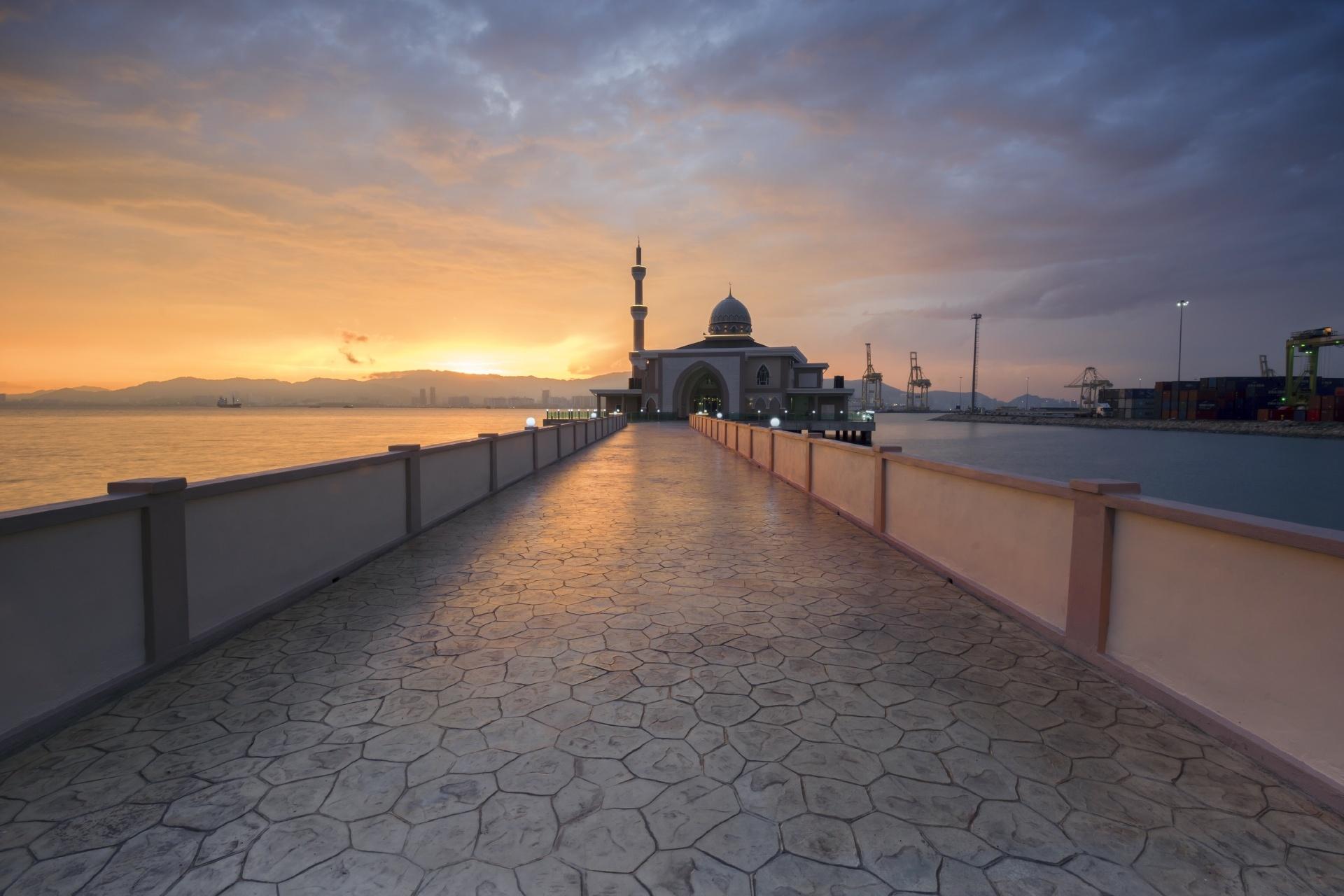 マレーシア ペナン スブランプライ 夕暮れのモスクとペナン港