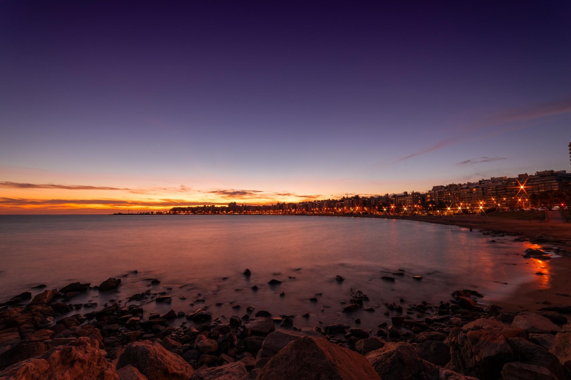 ウルグアイの首都モンテビデオの海岸の夕暮れの風景