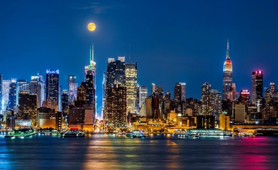ニューヨーク 夜の摩天楼の上に浮かぶ月 アメリカの風景