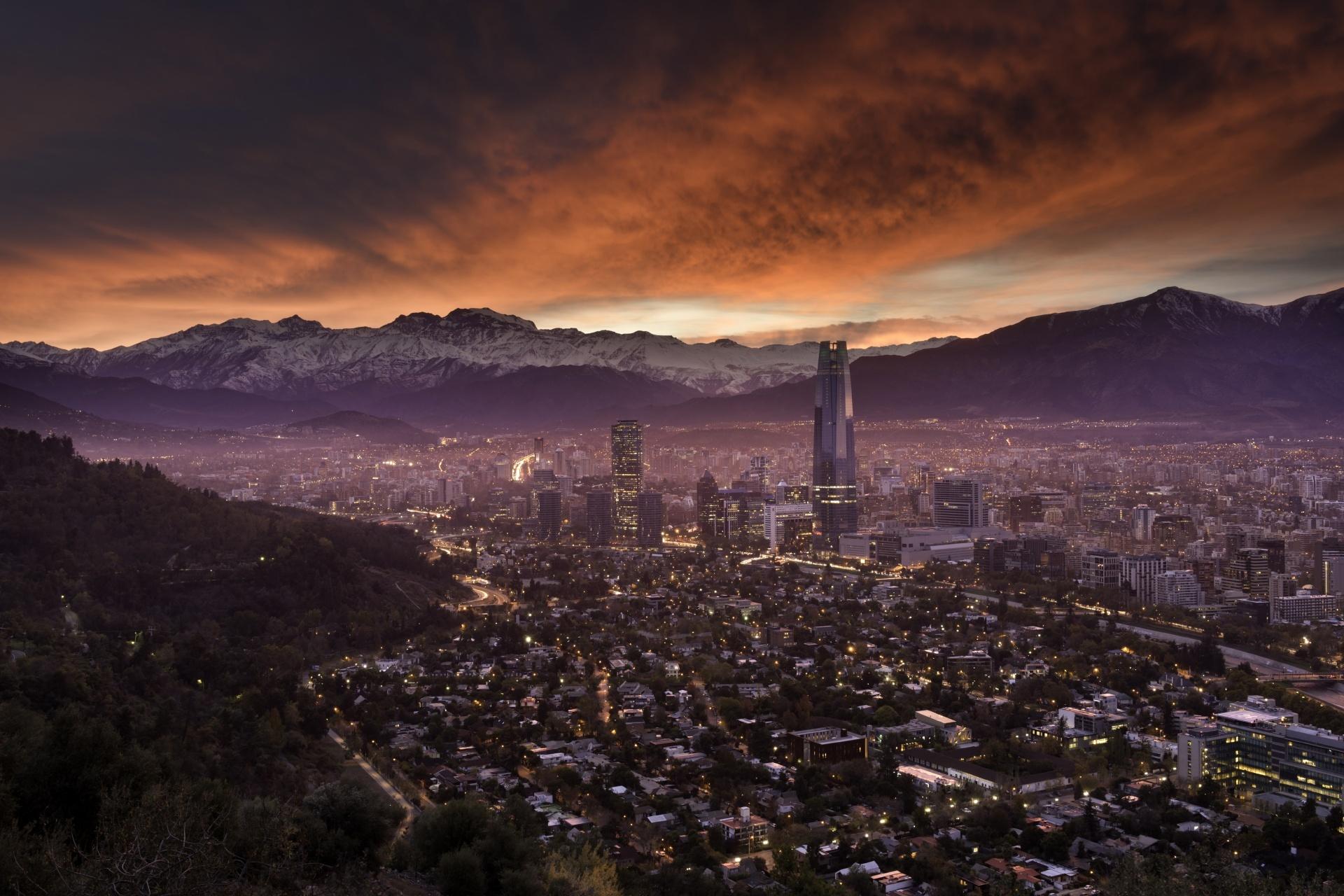 サン・クリストバルの丘から見るアンデス山脈とサンティアゴの町並み チリの風景
