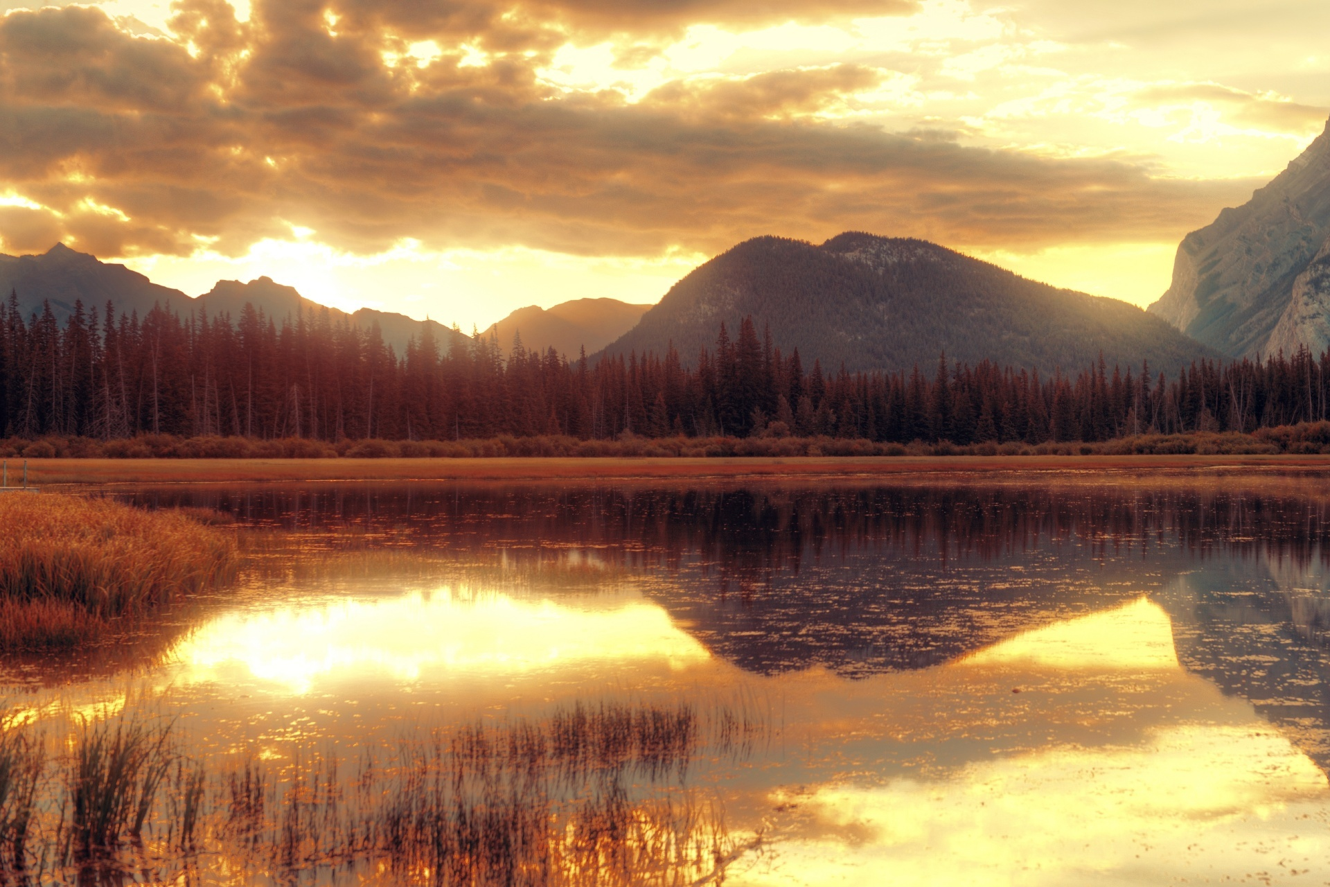 ヴァーミリオン湖の朝 バンフ国立公園 カナダの風景