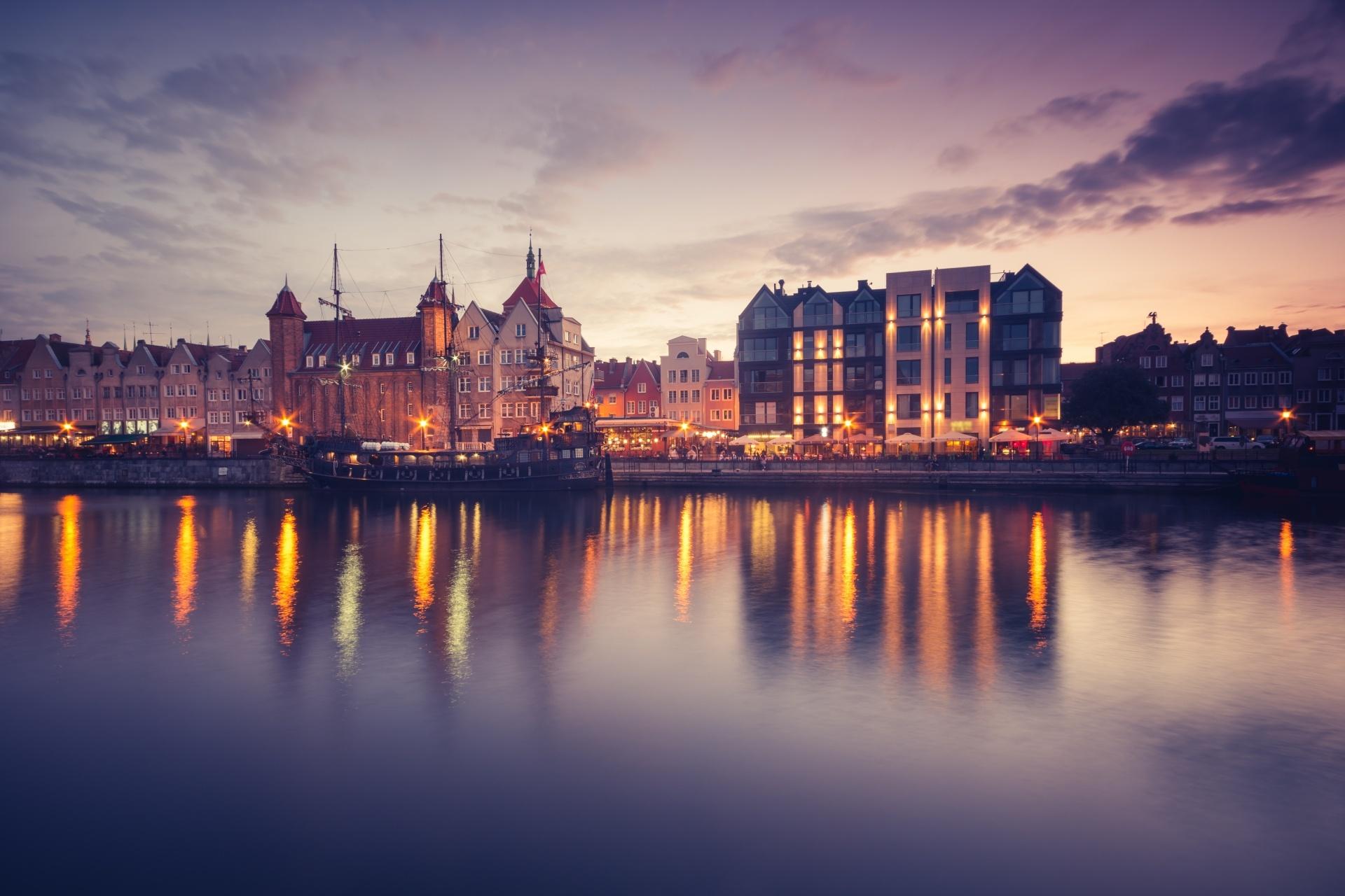 夕方のウォーターフロントと係留船 グダニスクの風景  ポーランドの風景