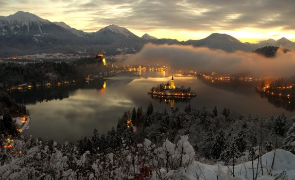 夜明けのブレッド湖 スロベニアの風景
