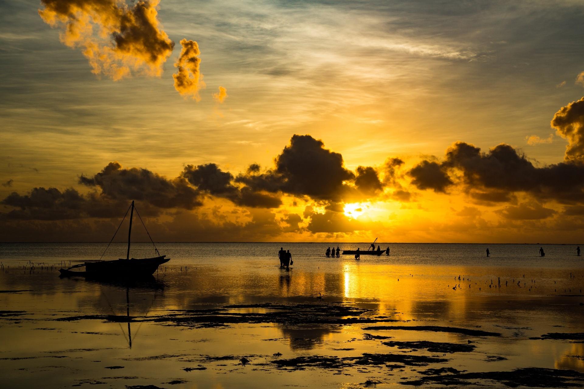 ジャンビアニの朝の風景 伝統的な舟「ガラワ」と漁師 タンザニアの風景