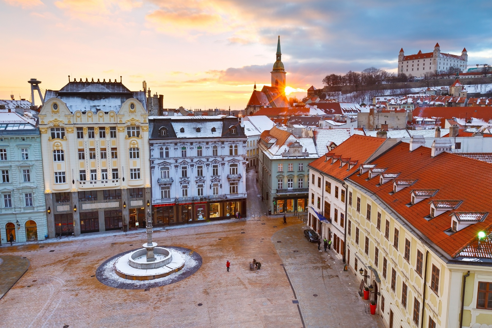 ブラチスラヴァ市庁舎の塔から見るフラヴネー広場と旧市街と夕日の風景 スロバキアの風景