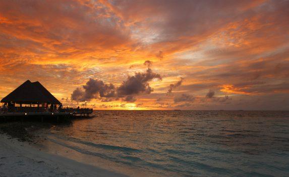 夕方のモルディブのビーチと夕焼けの風景 モルディブの風景