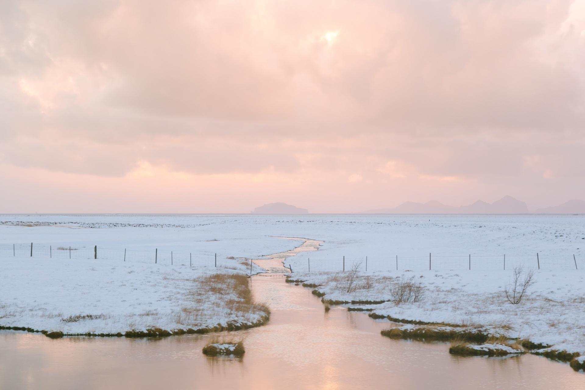 アイスランドの冬の朝の風景 アイスランドの風景
