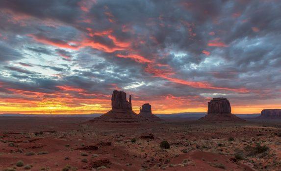 モニュメント・バレーの朝の風景 アメリカの風景