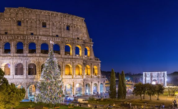 ローマのコロッセオ クリスマス・シーズンの日暮れの風景 イタリアの風景