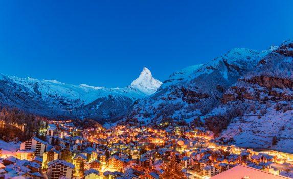 早朝のツェルマットの風景 渓谷とマッターホルンの眺め スイスの風景