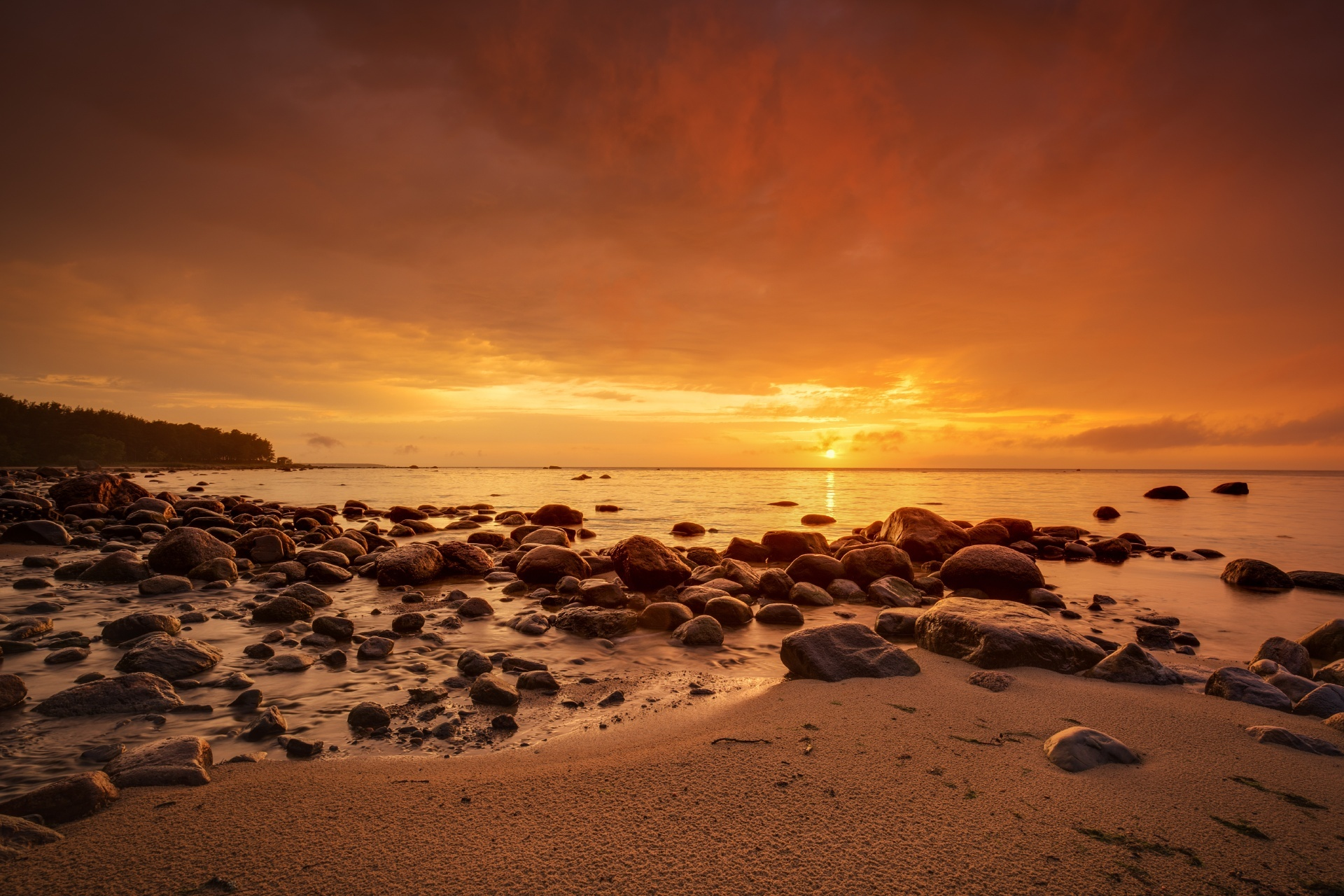 バルト海と幻想的な夕暮れの風景 エストニアの風景