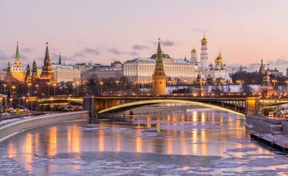 冬の朝のクレムリンとモスクワ川 冬のロシアの風景