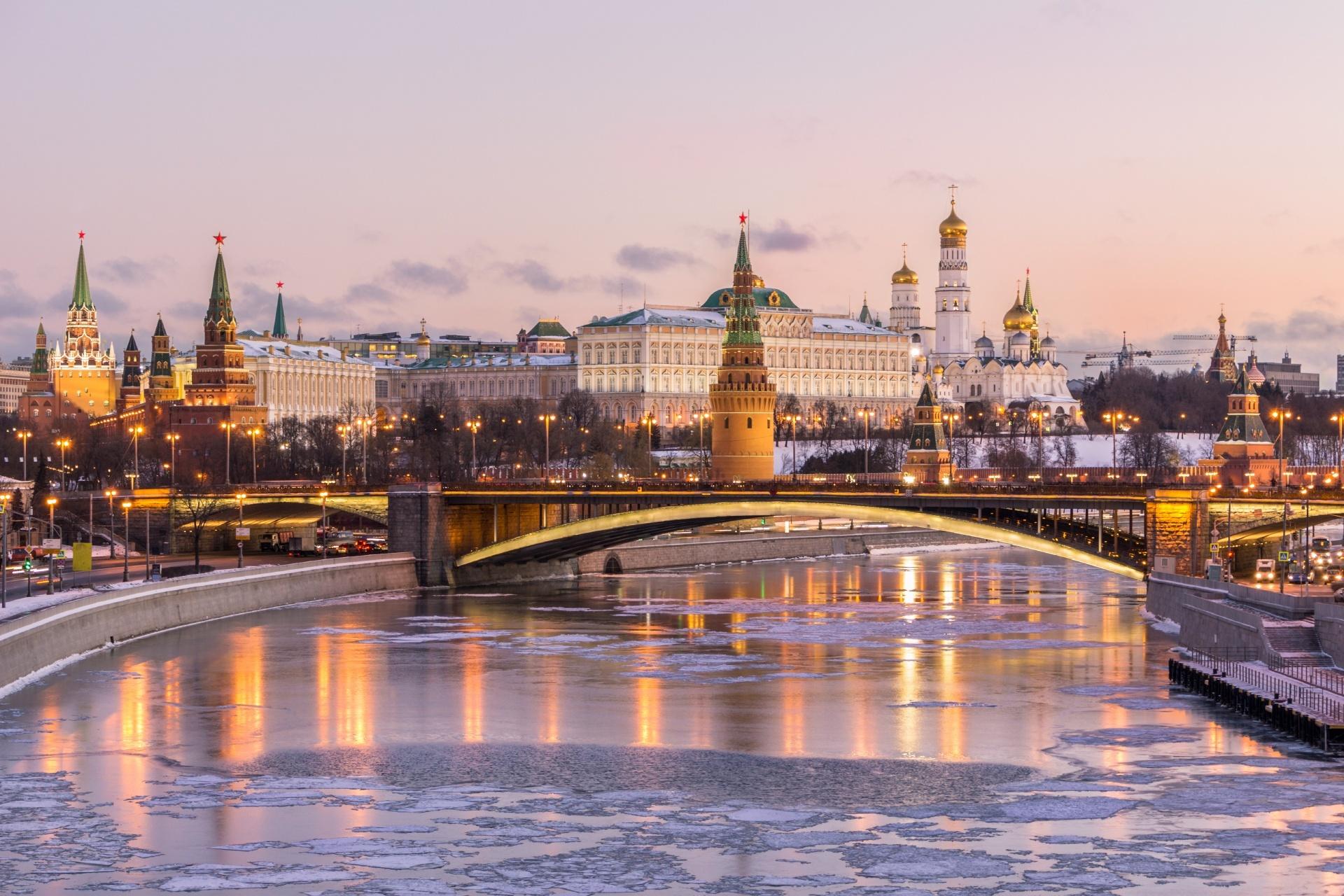 冬の朝のクレムリンとモスクワ川 ロシアの風景