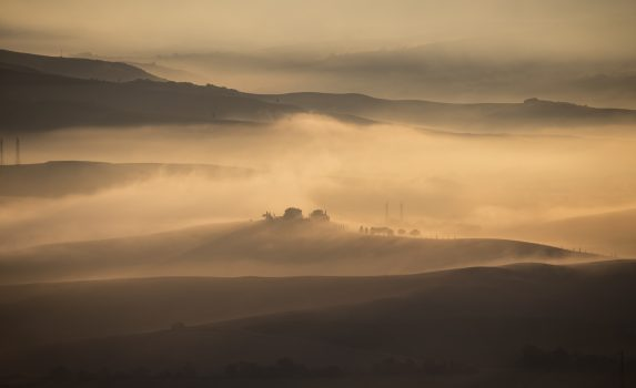 トスカーナの霧の朝の風景 イタリアの風景