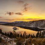 エメラルドベイから見るタホ湖の日の出のパノラマ風景 アメリカの風景