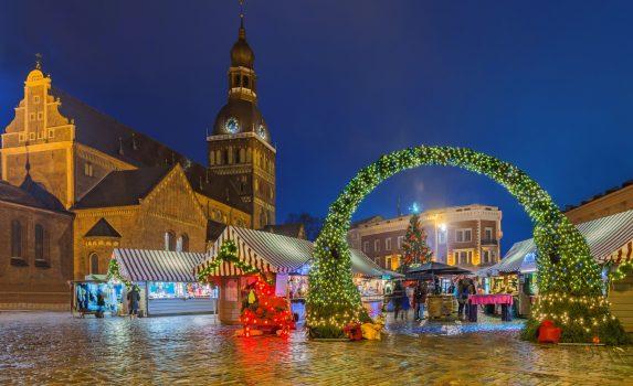 リガ大聖堂とクリスマス・マーケット リガの風景 ラトビアの風景