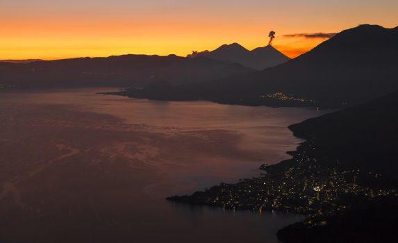日の出のアティトラン湖 グアテマラの風景