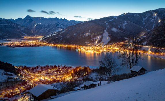 冬のザルツブルク 夜のツェルアムゼー山村の眺め オーストリアの風景