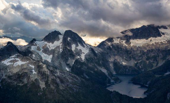 夕暮れのスコーミッシュ近くから見るオメガ山と氷河湖 カナダの風景