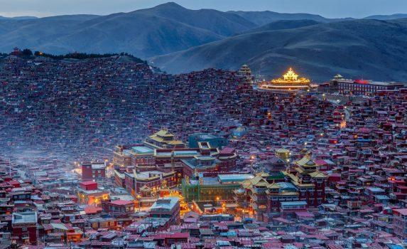 夕暮れのラルンガル僧院 中国の風景