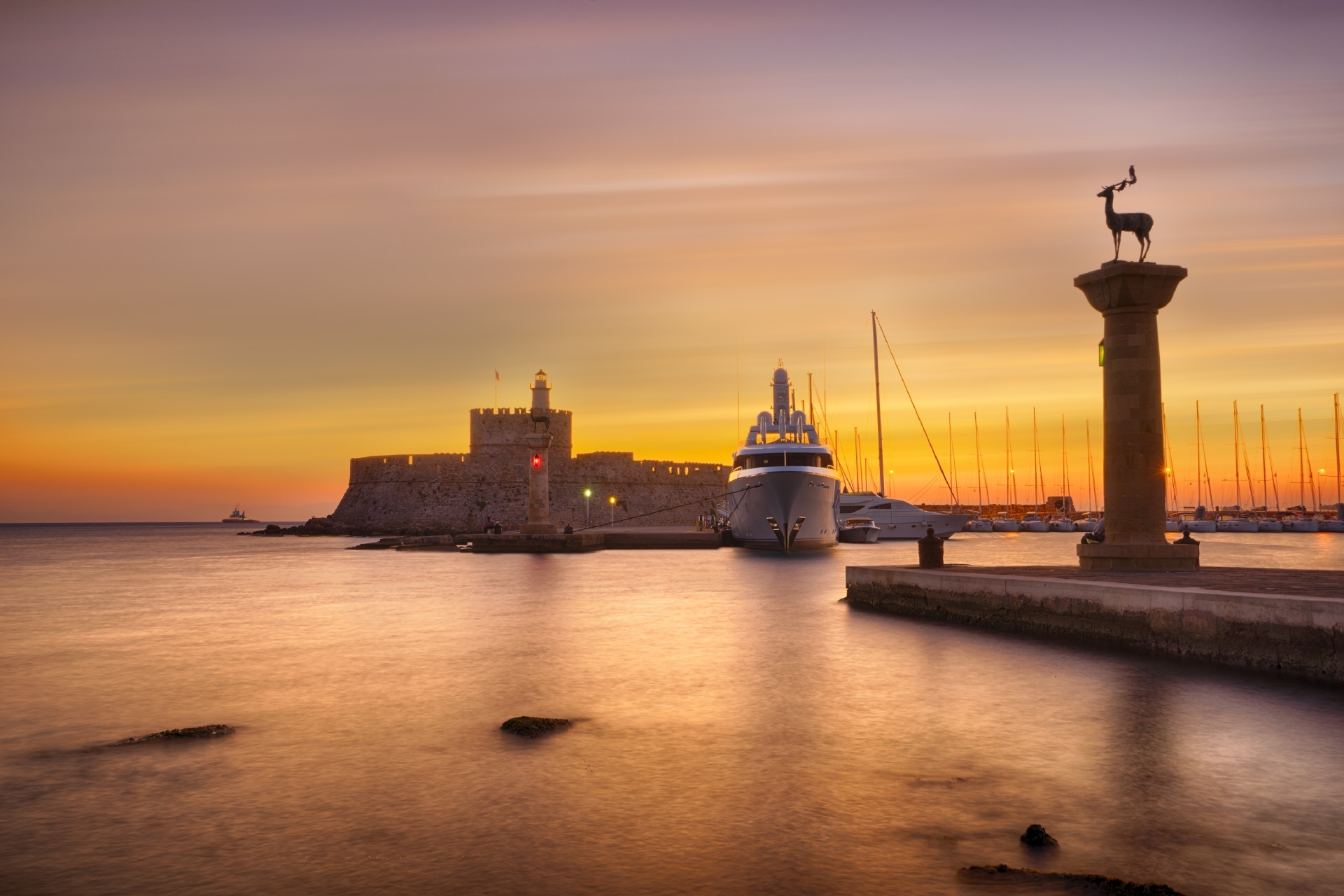 ロードス島 夕暮れのアイオス・ニコラオス要塞と灯台 ギリシャの風景