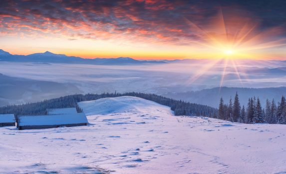 雪山の日の出の風景