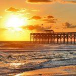 マートルビーチの日の出の風景 朝日と桟橋と大西洋