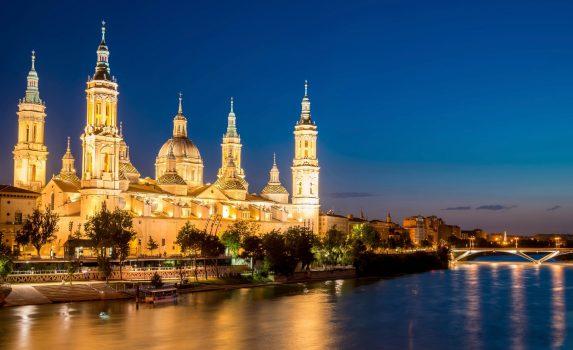 夕暮れのヌエストラ・セニョーラ・デル・ピラール聖堂 スペインの風景