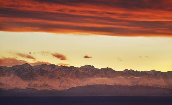 夕暮れのイシク・クル キルギスの風景