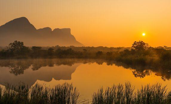 朝霧の中のハングリップ山と湿地の湖 日の出の風景 南アフリカの風景