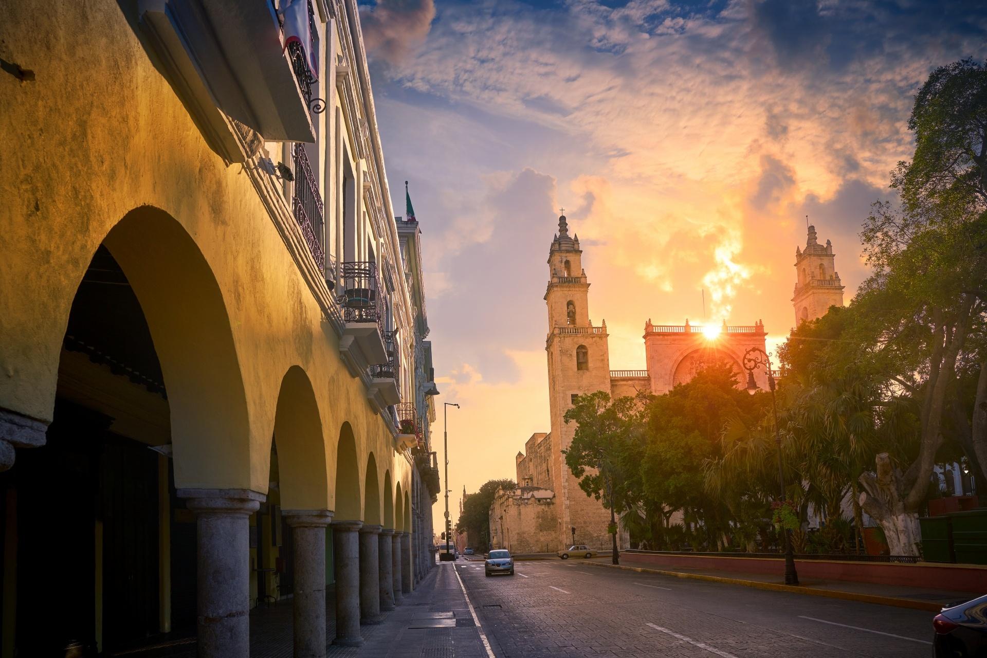 朝のメリダ サン イルデフォンソ大聖堂 メキシコの風景