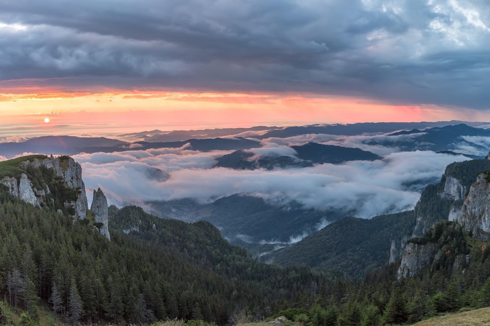 日の出のチェアラウ山塊 ルーマニアの風景