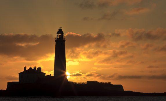 セントメリーズ灯台と日の出の風景 イギリスの風景