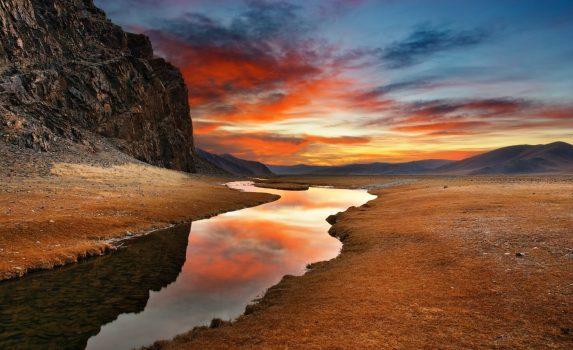 モンゴルの砂漠の日の出の風景 モンゴルの風景
