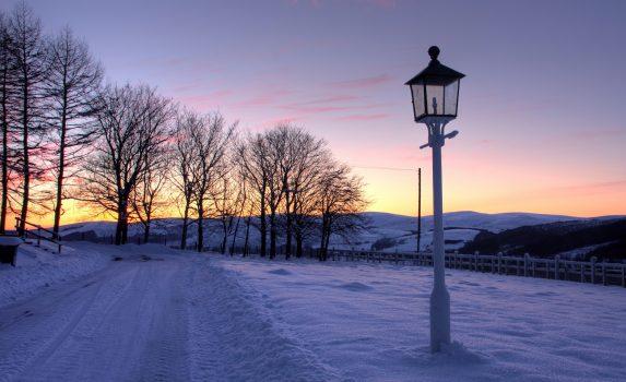 トーモア蒸留所 真冬の夕暮れの風景 スコットランドの風景