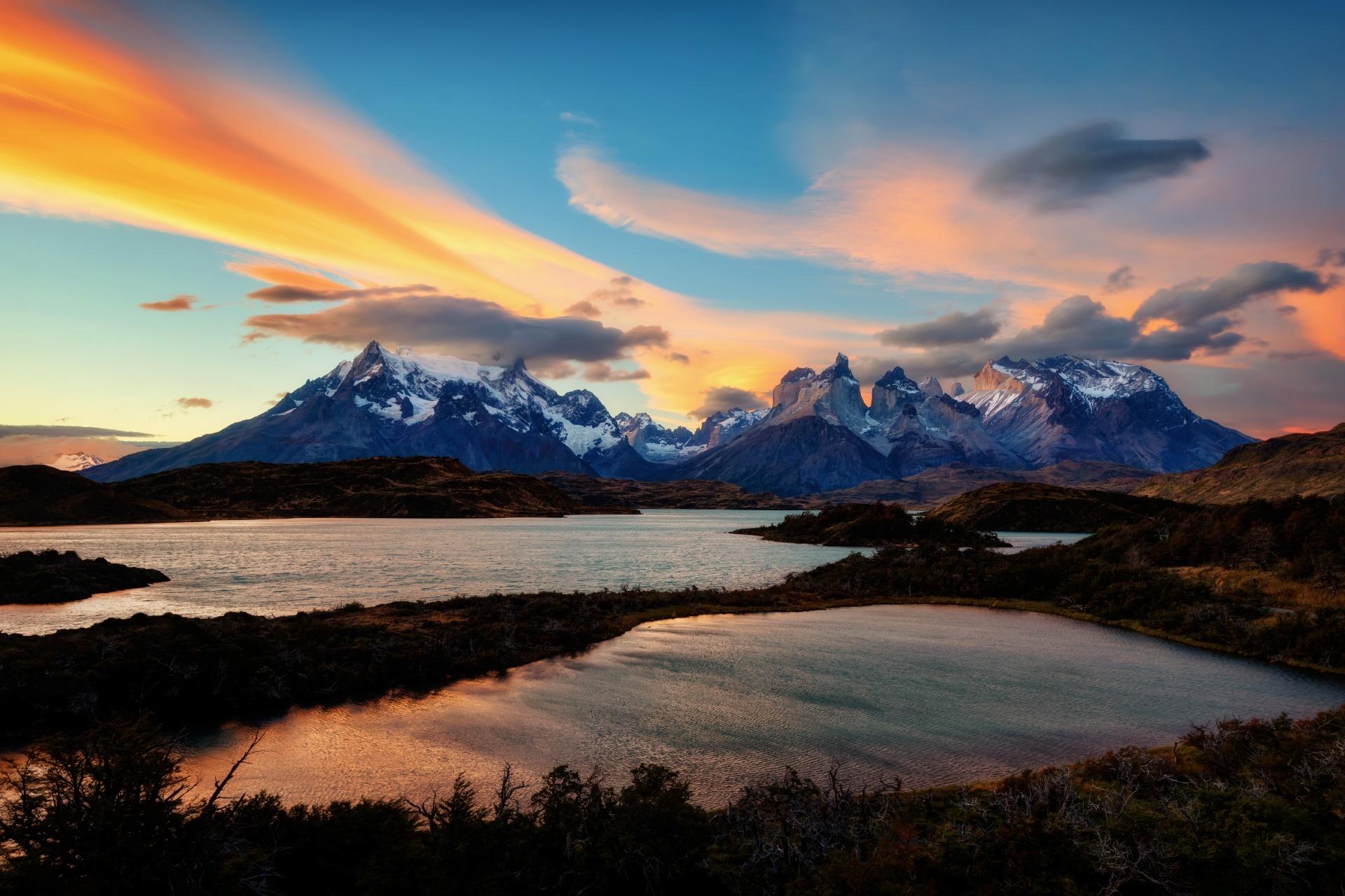 日の出のトレス・デル・パイネ国立公園の風景 チリの風景