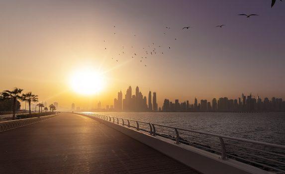 ドバイの朝日と遊歩道 アラブ首長国連邦の風景