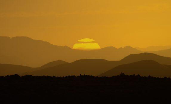 ホガール山地にのぼる朝日 アルジェリアの風景