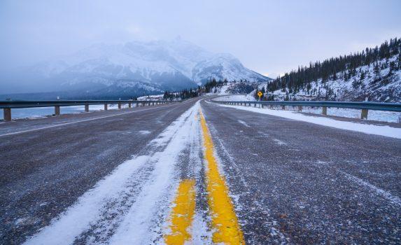 真冬のロッキー山脈の道 カナダの風景