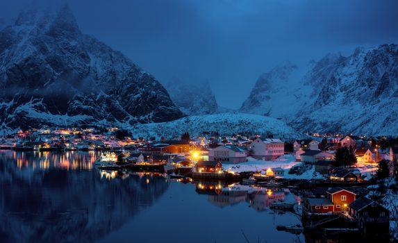 ロフォーテン諸島モスケネス 日暮れのレーヌの風景 ノルウェーの風景