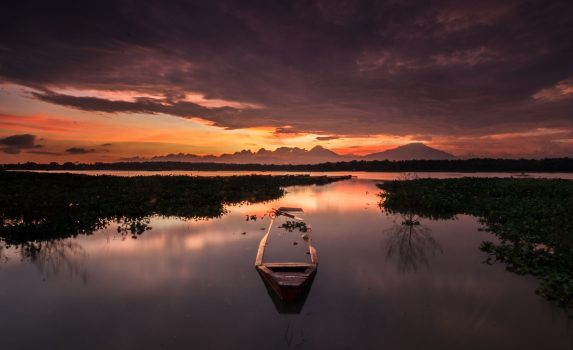 夕暮れの湖の風景 インドネシアの風景