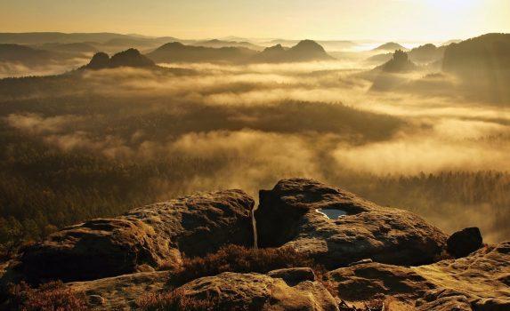 ザクセンスイス 金色の日の出の風景