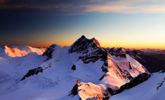 早朝のユングフラウ スイスの風景