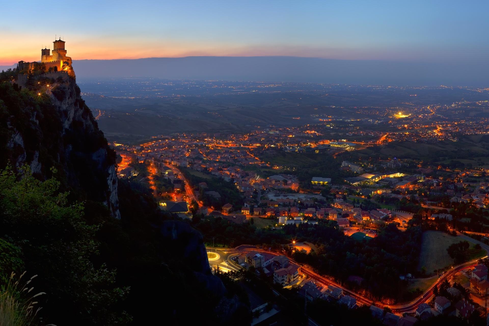 サンマリノ共和国の夜の風景
