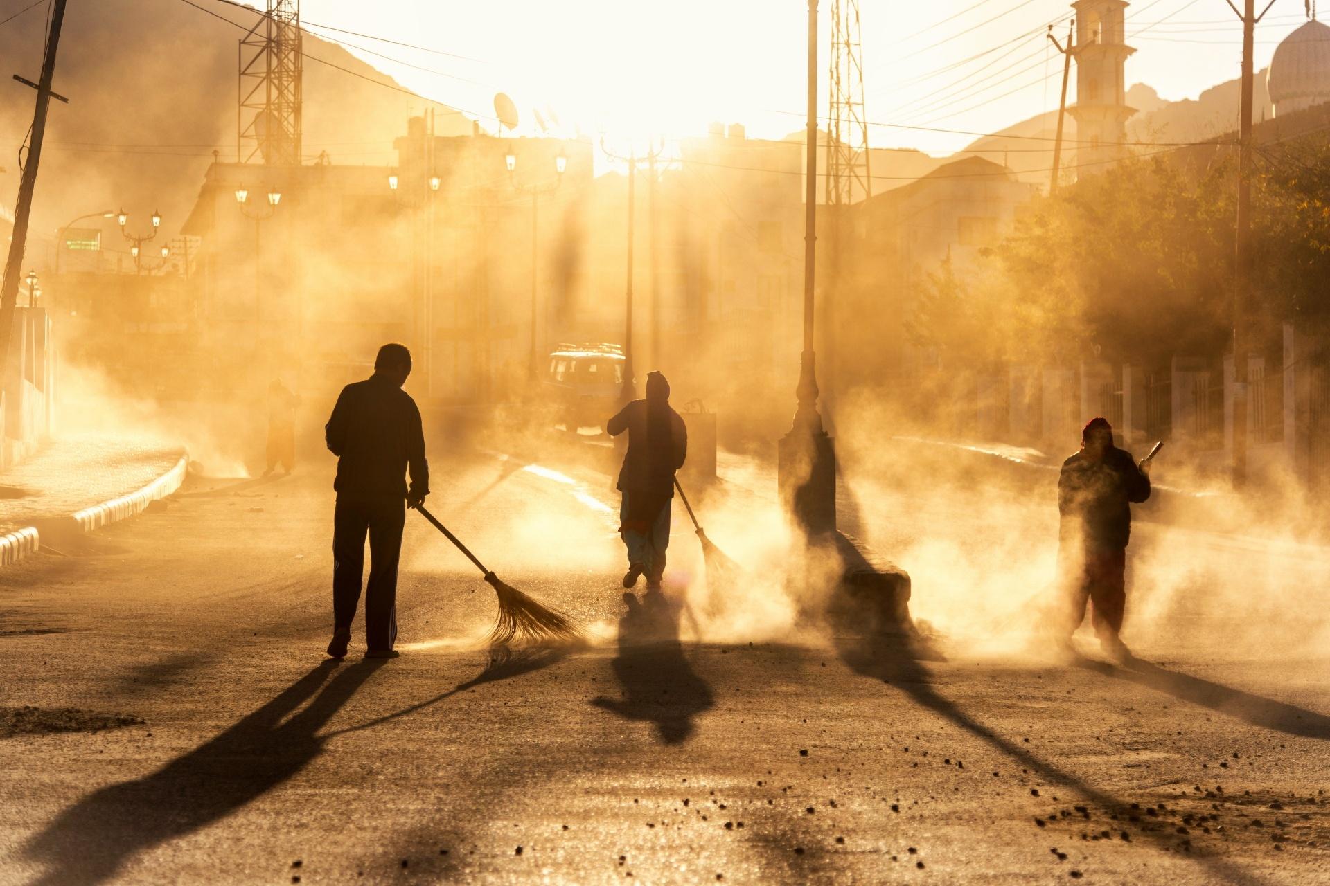 レー市場通りを掃く人々 インドの風景