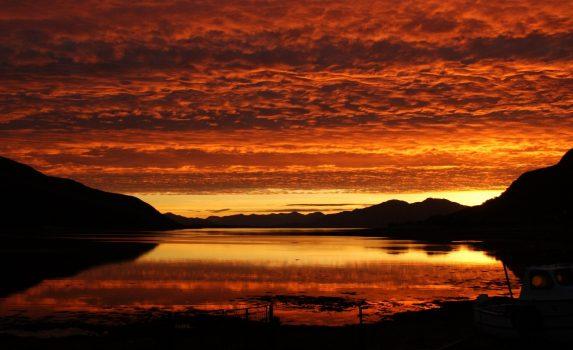 燃えるような朝焼けの風景 スコットランドの風景