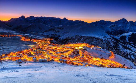 冬のアルプスの日の出の風景 フランスの風景