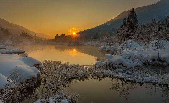 冬の日の出の風景 スロベニアの風景