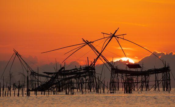 タイの漁村 伝統的な漁具のある風景